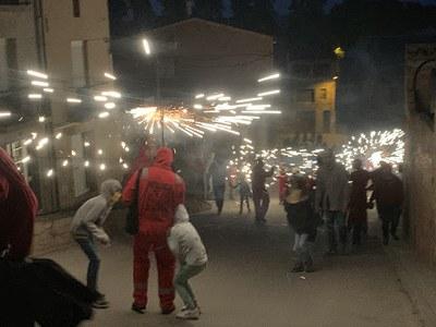 L'actuació de la cercavila de foc del Grup de Diables Els rojos de Junda va comptar amb una subvenció de l'IEI